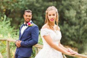 Hochzeit, Brautpaar, junge Erwachsene, Diversität, Liebe, Garten, Geländer