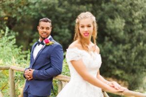 Hochzeit, Brautpaar, junge Erwachsene, Diversität, Liebe, Querformat, Geländer
