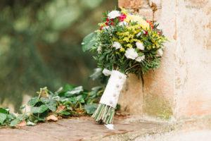 Hochzeit, Brautstrauß, Blumen, Dekoration, Querformat, Mauer