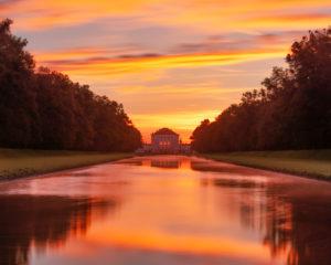 Deutschland, Bayern, Blick vom Mittelkanal auf das Schloss Nymphenburg zum Sonnenaufgang