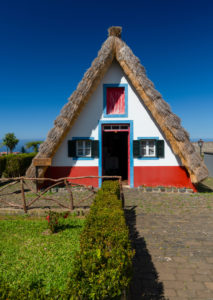 typische Santana-Häuschen in der Gemeinde Santana, Madeira, Portugal