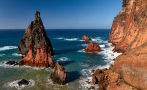 Felsnadeln vulkanischen Ursprungs im Atlantik auf der Halbinsel São Lourenço, Madeira