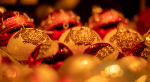 bunt glänzende Weihnachtskugeln am Christkindlmarkt in München