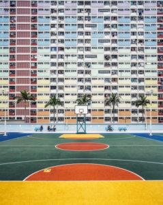 China, Hong Kong, Bunte Farben in Innenhof auf Sportplatz