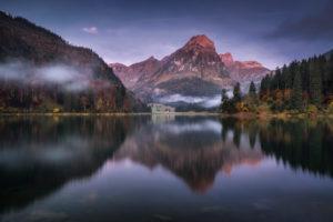 Schweiz, Glarus, Bergsee im Nebel am Morgen