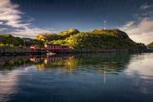 Norwegen, Lofoten, Kleine Insel im Morgenlicht