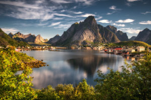 Norwegen, Lofoten, Fischerdorf Reine, Berge und Meer im Sommer