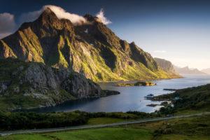 Norwegen, Lofoten, Fjord mit Berg im Abendlicht