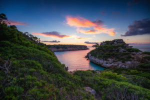 Spanien, Mallorca, Bucht Cala des Moro bei Sonnenaufgang