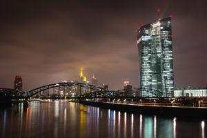 Deutschland, Frankfurt am Main, EZB und Main am Abend