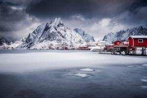 Zugefrorene Bucht im Reinefjord, Norwegen