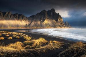Vestrahorn Gebirge hinter schwarzem Strand im Morgenlicht, Island.