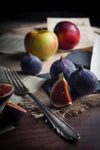 Feigen und Äpfel mit altem Silberbesteck