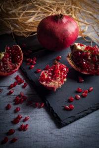 Granatapfel auf Schieferplatte