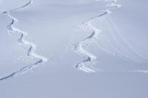 Spuren von Wintersportlern im Schnee