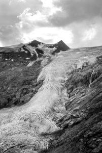 """Blick auf den Schlatenkeesgletscher in der Venedigergruppe an der """"Neuen Prager Hütte"""" beim Aufstieg zum Großvenediger in Osttirol"""