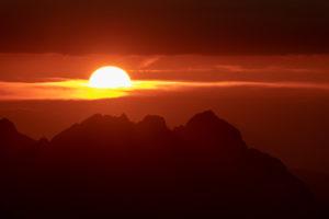 Blutroter Sonnenuntergang hinter dem Wettersteingebirge, vom Karwendel aus fotografiert.