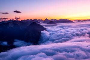 Hochnebel zieht über den Achensee und das Karwendel in Richtung Inntal ab. Fotografiert nach Sonnenuntergang vom Ebener Joch im Rofan.