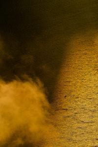 Wellen, Kitesurfer und teilweise Wolken im goldenen Gegenlicht auf dem Achsee, gesehen vom Ebener Joch