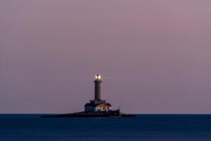 Der Leuchtturm von Premantura an der Küste von Istrien bei einbrechender Nacht.