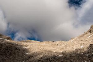 Während dem Aufstieg ist am Horizont bereits ganz klein das Karl-Schuster Biwak nahe der lalidererspitze und Dreitorspitze zu sehen.