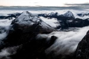 Wolkenmeer über dem Karwendel mit dem Laliderertal, Mahnkopf, Laliderer Falk, Rißer Falk, Gumpenspitze, Gamsjoch, Ruederkarspitze und Roßkopfspitze. Aufnahme kurz nach Sonnenaufgang im Spätherbst von der Lalidererspitze.