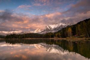 Herbst am Lautersee bei Mittenwald, mit dem Karwendel, Schnee und Abendrot im Hintergrund