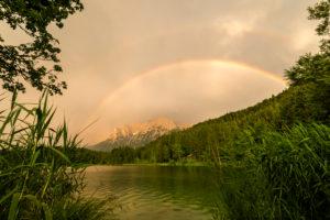 Regenbogen über dem Karwendel am Lautersee