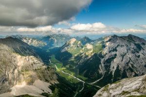 Aussicht vom Sonnjoch über die Gramai nach Pertisau am Achensee in Tirol.
