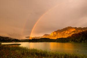 Regenbogen über dem Karwendel am Lautersee bei Mittenwald