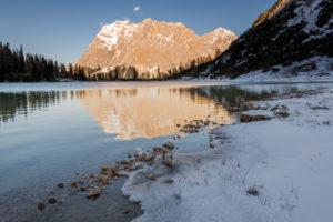 Am Ufer des Seebensee in Tirol, mit Blick auf das Wettersteingebirge/ Zugspitze im Winter