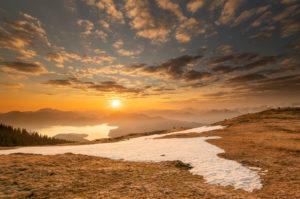 Sonnenaufgang im Frühling am Simetsberg im Estergebirge, im Hintergrund der Walchensee und das Karwendel in den deutschen und österreichischen Alpen