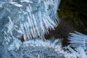 Eiskristall im Bachbett der Isar mit unterschiedlicher Form und Struktur