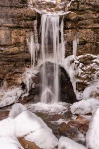 Wasserfall mit Eis im Winter in der sogenannten Kuhflucht in den bayrischen Alpen