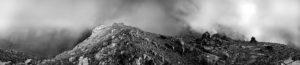 Zwei Bergsteiger haben nach 1700 Höhenmetern und knapp 12 h Aufstieg den Gipfel des Sonnjoch im Karwendel, Tirol Alpen in dichtem Nebel und Wolken erreicht.