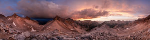 Die Breitgrieskarspitze mit ihrem markanten Westgrat im Karwendel Gebirge, während Sonnenuntergang mit Wolkenstimmung. Die Landschaft ähnelt einer Mondlandschaft, währen nicht die Schneereste.