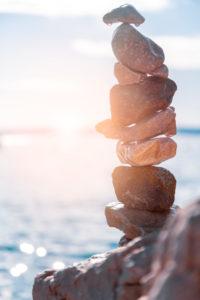 Stapel Kiesel auf dem Strand in Stara Baska, Insel von Krk, Kvarner-Bucht, Gespanschaft Primorje-Gorski Kotar, Kroatien