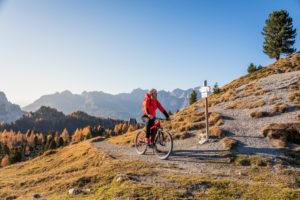 Mann fährt ein E-Bike, MTB, San Nicolò-Tal, Fassatal, Trentino, Dolomiten, Italien