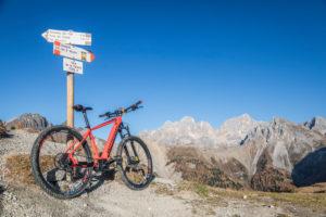 Ein ebike MTB an der La Palacia-Gabel im San Nicolò-Tal mit Marmolada  im Hintergrund, Trentino, Dolomiten, Italien