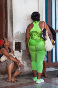 Karibik, Kuba, Cuba, Havanna, La Habana, Frau mit grüner Kleidung und Marilyn Monroe Aufdruck