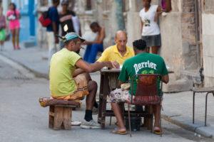 Karibik, Kuba, Cuba, Havanna, La Habana, 3 Männer spielen am Straßenrand Domino