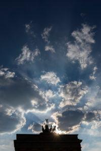 Quadriga des Brandenburger Tores vor dramatischer Wolkenstimmung