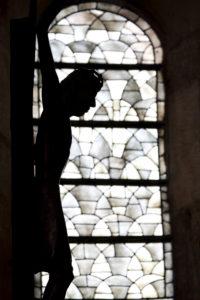 Schattenriss eines Kreuzes im Dom zu Speyer