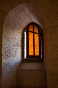 geöffnetes oranges Glasfenster mit Kreuzsprossen, Licht fällt ein, Israel, Nazareth, Verkündigungskirche, Verkündigungsbasilika