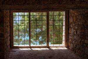 Blick durch ein vergittertes Fenster auf Pinien, Leprainsel Spinalonga, Griechenland, Kreta, Kalydon