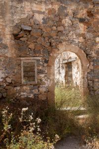 Torbogen und Fenster eines zerfallenen Hauses auf der Leprainsel Spinalonga, Griechenland, Kreta, Kalydon
