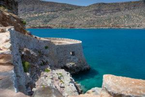 Blick auf Festung von Spinalonga und das blaue Mittelmeer, Griechenland, Kreta, Kalydon
