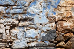 verschiedene blaue Farbschichten an Mauer eines zerfallenen Hauses auf der Leprainsel Spinalonga, Griechenland, Kreta, Kalydon