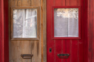 Detail von braun roter Holztür auf der Leprainsel Spinalonga, Griechenland, Kreta, Kalydon
