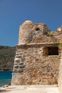 verfallener Wachturm der Hafeneinfahrt auf der Leprainsel Spinalonga, Griechenland, Kreta, Kalydon